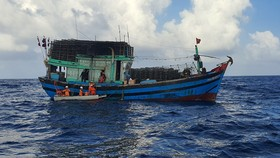 Bệnh nhân M.Đ.D. được đưa lên tàu SAR 274 để về Đà Nẵng chữa trị