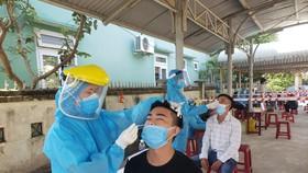 Lực lượng y tế xét nghiệm công nhân KCN Hòa Cầm (quận Cẩm Lệ, TP Đà Nẵng) vào sáng 16-5