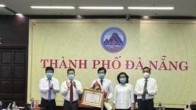 Lãnh đạo TP Đà Nẵng trao Bằng khen của Thủ tướng Chính phủ cho CDC Đà Nẵng