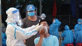 Nhân viên y tế lấy mẫu xét nghiệm Covid-19 cho một người dân trên địa bàn