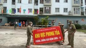 Lực lượng chức năng dỡ bỏ phong tỏa chung cư 12T3 (đường Bùi Dương Lịch, phường Nại Hiên Đông, quận Sơn Trà, TP Đà Nẵng) sau 21 ngày cách ly. Ảnh: XUÂN QUỲNH)