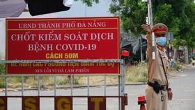 Các chiến sĩ CSGT, Công an TP Đà Nẵng căng mình làm nhiệm vụ trên các tuyến đường