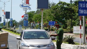 Lực lượng công an kiểm soát chặt chẽ tại các chốt kiểm dịch
