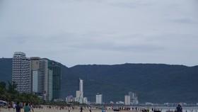 Từ 5 giờ 30 phút sáng 9-6, khu vực bãi biển ở Công viên Biển Đông (quận Sơn Trà) đã tấp nập người dân đi tắm biển, tập thể dục.