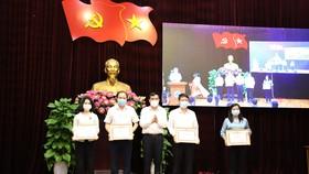 Ông Lê Trung Chinh, Phó Bí thư Thành ủy, Chủ tịch UBND TP Đà Nẵng trao bằng khen cho 4 tập thể lãnh đạo, quản lý hoàn thành xuất sắc nhiệm vụ năm 2020