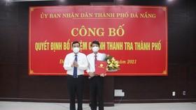 Ông Lê Trung Chinh, Chủ tịch UBND TP Đà Nẵng trao quyết định bổ nhiệm tân Chánh Thanh tra TP Đà Nẵng cho ông Phan Thanh Long