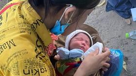 Hành trình gian truân của bé trai 10 ngày tuổi cùng ba mẹ vượt cả ngàn cây số về quê bằng xe máy