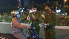 Các chốt kiểm soát xử phạt nhiều trường hợp trình giấy đi đường không hợp lệ