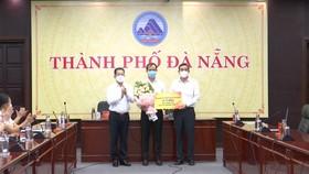 Bí thư Thành ủy Đà Nẵng tặng hoa cảm ơn đại diện Tập đoàn Sun Group và Chủ tịch UBND TP Đà Nẵng nhận ủng hộ của doanh nghiệp