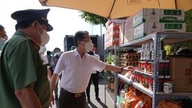 Ông Nguyễn Văn Quảng, Bí thư Thành ủy Đà Nẵng và ông Vũ Xuân Viên, Giám đốc Công an Đà Nẵng đến kiểm tra 1 điểm cung ứng nhu yếu phẩm tại quận Hải Châu