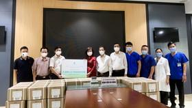 Công ty Đầu tư và phát triển DB - Tập đoàn Ecopark trao bảng tặng 5.000 lọ thuốc Remdesivir điều trị Covid-19 cho lãnh đạo TP Đà Nẵng