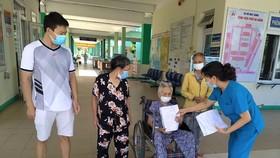 Bác sĩ Nguyễn Thanh Mai, Trưởng khoa Nội I Bệnh viện Phổi Đà Nẵng trao chứng nhận đủ tiêu chuẩn khỏi bệnh xuất viện cho bệnh nhân 101 tuổi