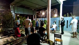 Công an bắt quả tang nhóm 10 người tụ tập ăn nhậu, hát karaoke