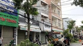 Lực lượng chức năng cắt tỉa cây xanh để phòng, chống bão lụt