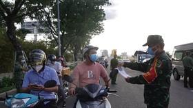 Kiểm soát giấy đi đường tại gần khu vực cầu Rồng (quận Sơn Trà, TP Đà Nẵng)