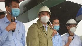 Ông Lê Trung Chinh, Chủ tịch UBND TP Đà Nẵng kiểm tra công tác phòng, chống lũ tại đập dâng An Trạch (huyện Hòa Vang)