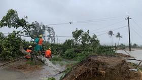 Nhân viên Công ty Điện lực Quảng Ngãi khắc phục sự cố điện