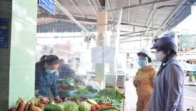 Người dân đi chợ với tâm trạng phấn khởi