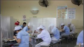 Lắp đặt vách ngăn là một trong những giải pháp phòng chống dịch Covid-19 ở những bếp ăn tập thể