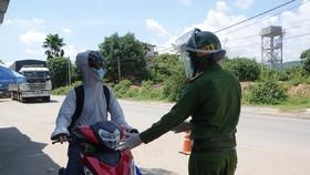Lực lượng chức năng kiểm tra giấy tờ của giáo viên trước khi đi vào địa phận TP Đà Nẵng