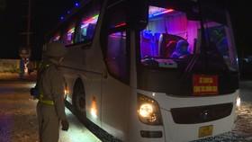 Lực lượng chức năng dùng xe buýt trung chuyển người đi bộ về quê trong tối ngày 5-10