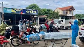 Người dân mặc bảo hộ hỗ trợ nước uống, đồ ăn trên đèo Hải Vân