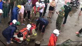 Sau hơn hai giờ vượt sóng to gió lớn, lực lượng cứu nạn hàng hải đã tiếp cận được đảo Cù Lao Chàm, tiến hành tiếp nhận bệnh nhân từ trạm xá