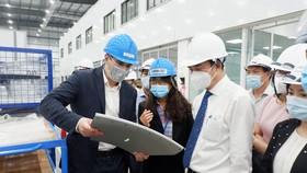 Ông Lê Trung Chinh, Chủ tịch UBND TP Đà Nẵng đi thăm, động viên người lao động, hoạt động, mô hình sản xuất tại Công ty TNHH Unversal Alloy Corporation Việt Nam (TP Đà Nẵng)