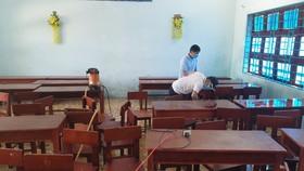 Giáo viên Trường THCS Nguyễn Tri Phương (xã Hòa Bắc, huyện Hoà Vang) vệ sinh lớp học, chuẩn bị điều kiện đón học sinh trở lại trường