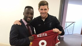 Naby Keita được thần tượng Steven Gerrard trao áo đấu.