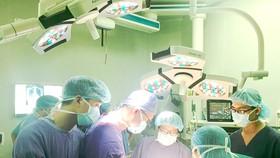 Các bác sĩ phẫu thuật cấp cứu cho bệnh nhân bị biến chứng chảy máu, chảy dịch  sau khi phẫu thuật thẩm mỹ