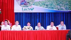 Lãnh đạo huyện, chuyên gia, đại diện doanh nghiệp giải đáp thắc mắc của các đại biểu