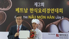 BTC trao giải cho thí sinh tham gia cuộc thi
