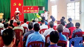 Buổi lễ kết nạp đảng viên là người có đạo ở phường Xuân Lập, TP Long Khánh, tỉnh Đồng Nai