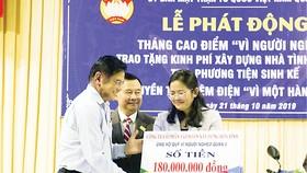 Ông Nguyễn Hữu Hiền - Trợ lý Chủ tịch HĐQT, Giám đốc đối ngoại Hòa Bình trao tặng bảng tiền tượng trưng cho Quỹ Vì người nghèo Quận 3