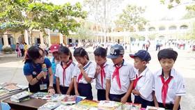 Chăm chút từng cuốn sách cho học sinh vùng xa