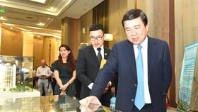 Chủ tịch UBND TPHCM Ngyễn Thành Phong xem một dự án địa ốc tại Hội thảo về nhà ở TPHCM. Ảnh: VIỆT DŨNG
