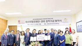 Chủ tịch HĐQT kiêm TGĐ Tập đoàn Xây dựng Hòa Bình Lê Viết Hải (thứ 4 từ phải sang ảnh trên và đứng giữa ảnh dưới) tham dự lễ trao học bổng