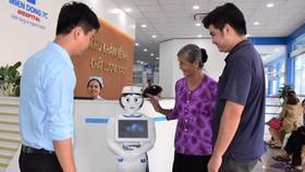 Robot cô Tấm đang hướng dẫn người bệnh