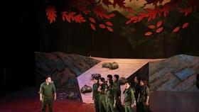 Nhạc kịch Lá đỏ được biểu diễn trong chương trình