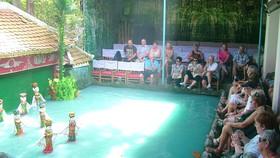 Du khách nước ngoài thưởng thức nghệ thuật múa rối nước