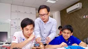 Giảng viên và sinh viên Khoa Công nghệ thông tin Trường Đại học Khoa học Tự nhiên TPHCM  chế tạo robot cảm ứng đo nhiệt độ và độ ẩm phục vụ lĩnh vực nông nghiệp. Ảnh: HOÀNG HÙNG