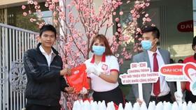 Dai-ichi Life Việt Nam tặng khẩu trang và dung dịch rửa tay sát khuẩn phòng dịch Covid-19