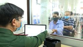 Người dân xếp hàng thực hiện các thủ tục theo quy định  tại Cửa khẩu Quốc tế Lao Bảo. Ảnh: NGUYỄN HOÀNG