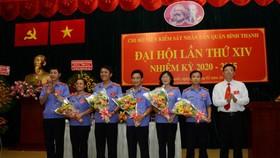 Đồng chí Mai Trung Thành (trái) và đồng chí Vũ Ngọc Tuất (phải) tặng hoa chúc mừng cấp ủy Chi bộ Viện Kiểm sát nhân dân quận nhiệm kỳ 2020 - 2025. Ảnh: VM