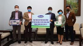 GS.TS Đặng Đức Anh - Viện trưởng Viện Vệ sinh dịch tễ Trung ương (bên phải) đại diện nhận tài trợ từ ông Phạm Tuyên – Giám đốc Kinh doanh Nội địa Vinamilk (bên trái)