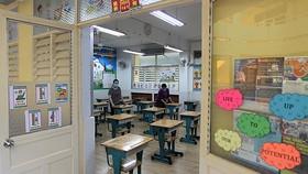 Trường Tiểu học Nguyễn Bỉnh Khiêm quận 1 làm vệ sinh, khử khuẩn, trang trí lớp học  chào đón các em học sinh trở lại trường. Ảnh: HOÀNG HÙNG