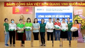 Đại diện ngân hàng BIDV trao tặng quà cho các giáo viên mầm non gặp khó khăn tại quận Bình Tân