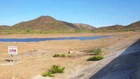 Hồ chứa Phước Trung, huyện Bác Ái, Ninh Thuận cạn đáy. Ảnh: VĂN NGỌC