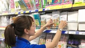 Khách hàng chọn mua ống hút giấy tại Co.opmart